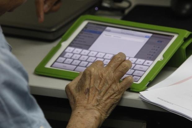 Immagine Anziano con Tablet